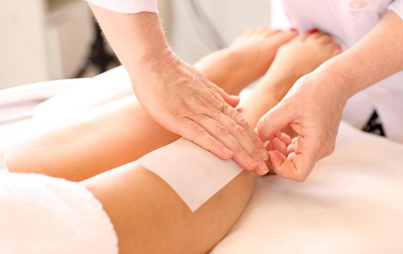 Depilacja woskiem - usuwanie włosów z nóg. Fotografia: styleacademy.ca.