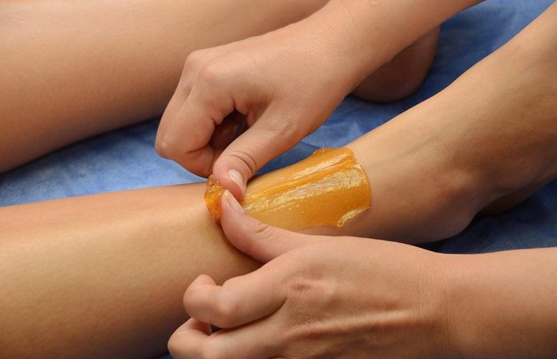 Depilacja nóg pastą cukrową. Fotografia: pinkycloud.com.