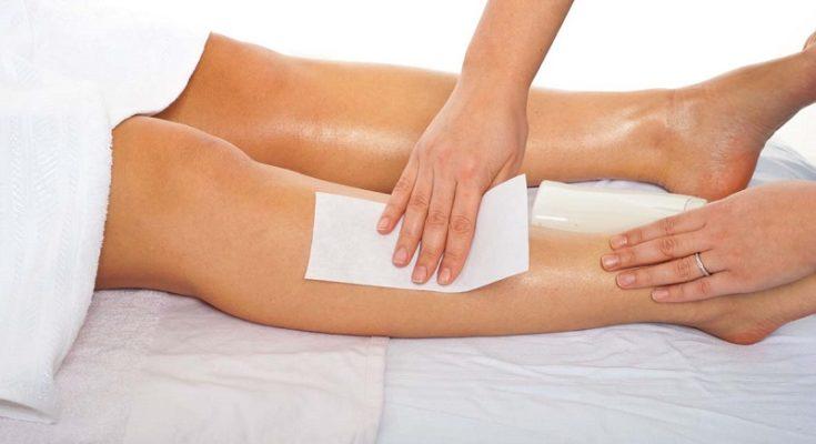 Depilacja nóg woskiem. Źródło fotografii: bodymattersware.co.uk.
