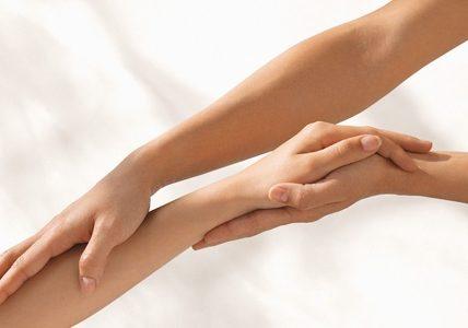 Depilacja rąk i dłoni. Fotografia: en.womenmagazines.info.