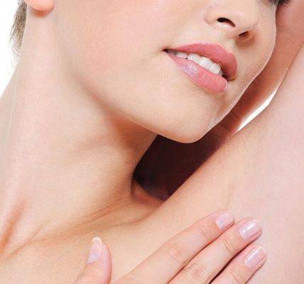 Depilacja włosów pod pachami. Fotografia: bhrcenter.com.