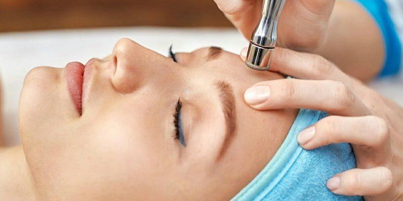 Mikrodermabrazja na twarz. Fotografia pochodzi ze strony newagespainstitute.com.
