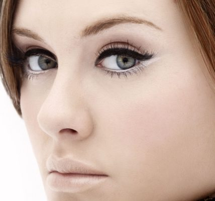 Modelowanie brwi. Fotografia: www.smilefm.ro.