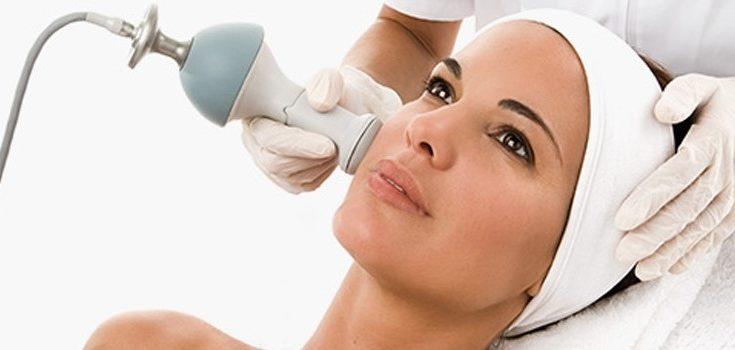 Peeling kawitacyjny urządzeniem skin cleaner. Źródło: salondermaclinic.co.uk.