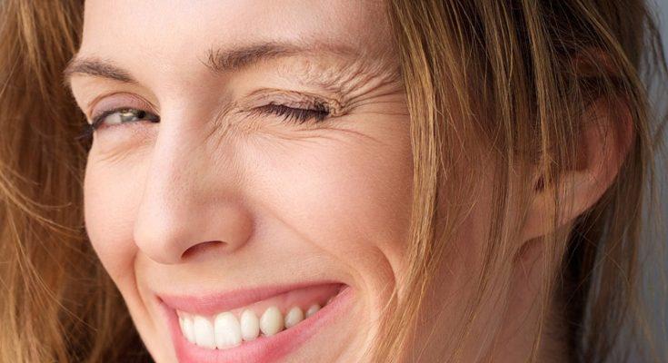 Zmarszczki mimiczne stają się coraz bardziej widoczne wraz z postępującym efektem starzenia się skóry. Źródło fotografii: zwivel.com.