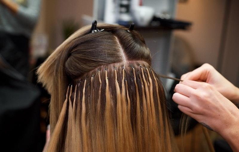 Zabieg kosmetyczny przedłużania włosów. Fotografia: www.mishishi.com.