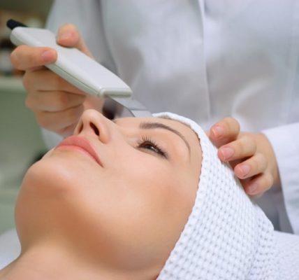 Zastosowanie ultradźwięków w kosmetyce. Fotografia: popsugar-assets.com.
